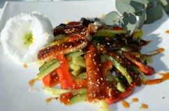 Geräucherter Aalsalat verziert in der Restaurantart Stockbilder