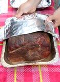Geräucherter gebratener Schweinebraten für das gezogene Schweinefleisch, das in der Folie eingewickelt wird Stockbilder