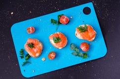 Geräucherter Lachs auf Stangenbrot mit Butter und mit Petersilie auf die Oberseite stockfoto