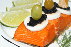 Geräucherter Lachs, Ei, Kaviar, Orange, Olive, Traube stockfoto