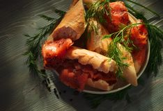 Geräucherter Lachs mit Brot lizenzfreie stockbilder