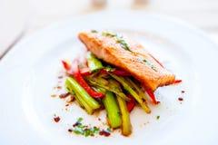 Geräucherter Lachs mit gebratenem Gemüse als Hauptgericht stockbilder
