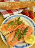 Geräucherter Lachs mit rucola und rustikalem Brot Lizenzfreies Stockfoto
