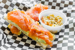 Geräucherter Lachs mit sahniger Avocado und Zitrone auf Hauch Lizenzfreies Stockfoto