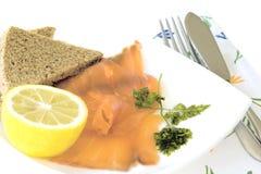 Geräucherter Lachs mit Schwarzbrot und halber Zitrone Lizenzfreies Stockfoto