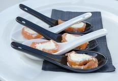 Geräucherter Salmon Appetizers auf Löffeln lizenzfreie stockbilder
