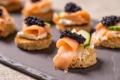 Geräucherter Salmon Canapes mit Sauerrahm und Kaviar stockfoto