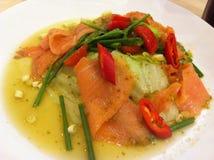 Geräucherter Salom mariniert in der würzigen Fischsauce Stockfotos