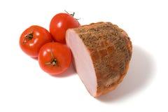 Geräucherter Schinken und Tomate getrennt auf Weiß stockfoto