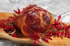 Geräuchertes cowleg und ungarischer roter Paprika Stockfotos