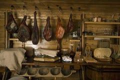Geräuchertes Fleisch im Dachboden Stockfoto