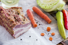 Geräuchertes Fleisch mit Gemüse auf Brown-Holztisch Stockbild