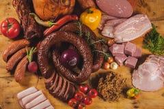 Geräuchertes Fleisch und Würste Stockfotos