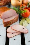 Geräuchertes Schweinefilet mit Gemüse Geschnittenes Fleisch Fleisch auf der Kiste Stockbilder
