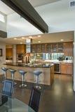 Geräumige Küche mit Schemeln in Insel im Haus Lizenzfreie Stockbilder