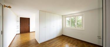 Geräumige Räume mit großen weißen Garderoben lizenzfreies stockbild