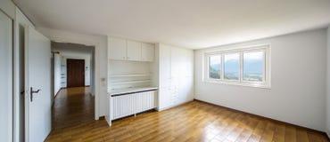 Geräumige Räume mit großen weißen Garderoben lizenzfreie stockfotografie