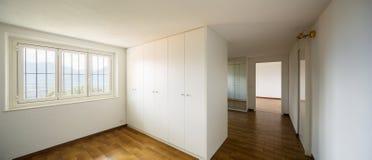 Geräumige Räume mit großen weißen Garderoben lizenzfreie stockfotos