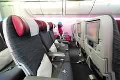 Geräumige und bequeme Touristenklassekabine von Qatar Airways Boeing 787-8 Dreamliner in Singapur Airshow Stockfotos