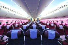 Geräumige und bequeme Touristenklassekabine von Qatar Airways Boeing 787-8 Dreamliner in Singapur Airshow Stockfoto