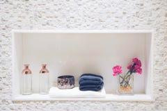 Geräumige Wohnung - modernes Waschbecken im neuen Badezimmerinnenraum stockbild