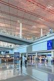 Geräumiger Ankunftsbereich mit glänzendem Boden, internationaler ernstlichflughafen Pekings stockfotografie