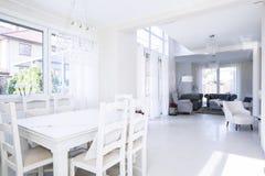 Geräumiger Innenraum des dinning Raumes und des Wohnzimmers Lizenzfreies Stockfoto