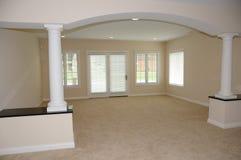 Geräumiger leerer Raum im neuen Haus Stockbilder