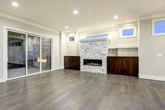 Geräumiger Leerer Wohnzimmerinnenraum In Den Weißen Und Grauen Farben  Stockbild