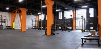 Geräumiger moderner Innenraum der Turnhalle für Eignungstraining Stockfotografie