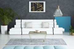 Geräumiger Raum mit Papiersofa Stockbilder