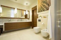 Geräumiger Waschraum mit Holzmöbel Stockbild