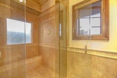 Geräumiges Badezimmer in den grauen Tönen mit erhitzten Böden und dem s der Besucher ohne Voranmeldung Stockfotos