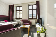 Geräumiges Hotelschlafzimmer mit Doppelbett Stockbild