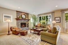 Gerumiges Wohnzimmer Mit Kamin Teppichboden Und Wolldecke Stockfotos