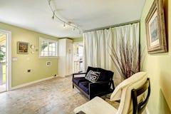 Geräumiges Wohnzimmer mit Kamin, Zweiersofa, Couchtisch und Stuhl Wohnzimmer mit Vorhängen Stockfoto