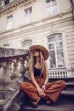 geräusche Abbildung der roten Lilie Frauenporträt in Lemberg, Ukraine Glückliche Dose Stockfotos