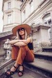 geräusche Abbildung der roten Lilie Frauenporträt in Lemberg, Ukraine Glückliche Dose Lizenzfreie Stockfotos