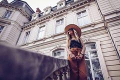 geräusche Abbildung der roten Lilie Reise der eleganten Frau auf Straße von ukrainia Stockfotos