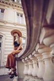 geräusche Abbildung der roten Lilie Reise der eleganten Frau auf Straße von ukrainia Lizenzfreie Stockfotos