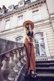 geräusche Abbildung der roten Lilie Reise der eleganten Frau auf Straße von ukrainia Lizenzfreies Stockfoto