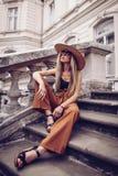 geräusche Abbildung der roten Lilie Reise der eleganten Frau auf Straße von ukrainia Stockbilder