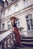 geräusche Abbildung der roten Lilie Schöne Modefrau im Freien auf dem str Stockbild