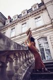 geräusche Abbildung der roten Lilie Schöne Modefrau im Freien auf dem str Lizenzfreies Stockfoto