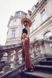 geräusche Abbildung der roten Lilie Schöne Modefrau im Freien auf dem str Stockfoto