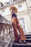 geräusche Abbildung der roten Lilie Stilvolle junge Frau der Schönheit im Kleidersi Stockfoto
