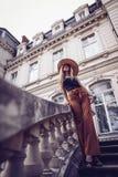 geräusche Abbildung der roten Lilie Stilvolle junge Frau der Schönheit im Kleidersi Lizenzfreie Stockbilder