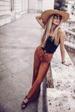 geräusche Abbildung der roten Lilie Stilvolle junge Frau der Schönheit im Kleidersi Stockfotos