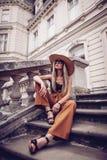 geräusche Abbildung der roten Lilie Stilvolle junge Frau der Schönheit im Kleidersi Lizenzfreie Stockfotos