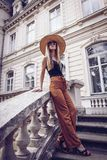 geräusche Abbildung der roten Lilie Stilvolle junge Frau der Schönheit im Kleidersi Stockfotografie